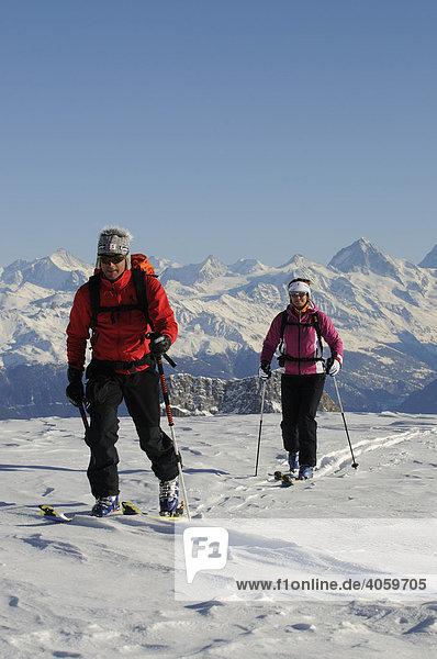 Skibergsteiger  Les Diableretes  Skigebiet Glacier 3000  Gstaad  Westalpen  Berner Oberland  Schweiz  Europa