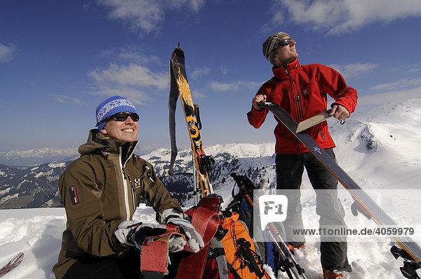 Skiwanderer bei Demontage der Felle  Skitour auf den Joel und Lämpersberg  Wildschönau  Tirol  Österreich  Europa
