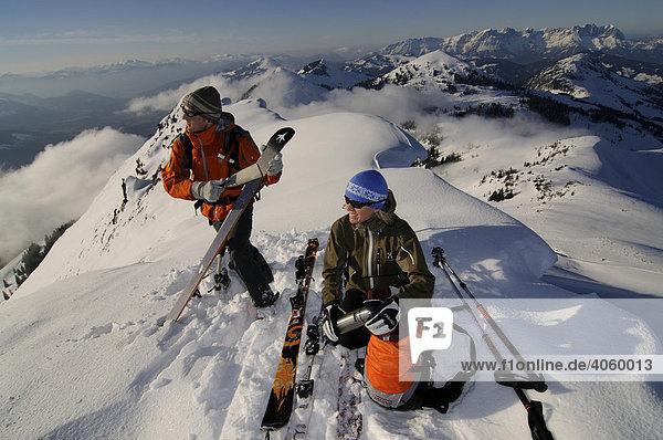 Skiwanderer bei Skitour  auf dem Gipfel des Brechhorn mit Blick auf den Wilden Kaiser  Spertental  Tirol  Österreich  Europa