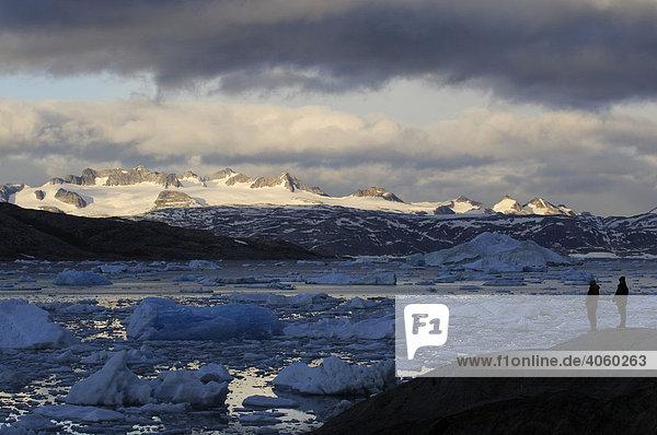 Wanderer vor Eisbergen im Johan-Petersen-Fjord  Ostgrönland  Grönland