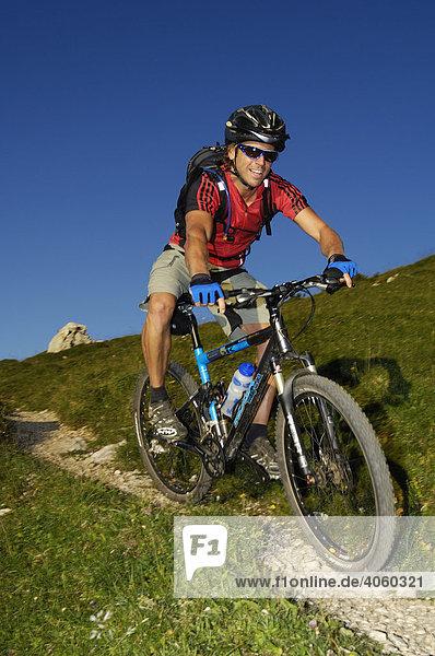 Mountainbiker auf der Kampenwand  Chiemgau  Bayrische Voralpen  Bayern  Deutschland  Europa