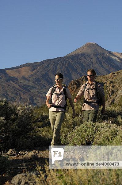 Wanderer vor dem Teide  Teide-Nationalpark  Teneriffa  Kanarische Inseln  Spanien  Europa