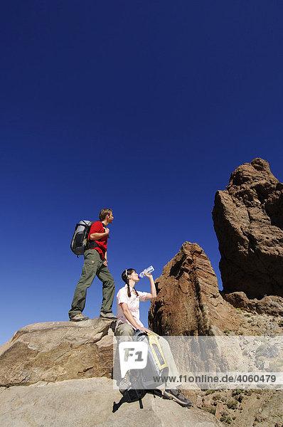 Wanderer bei den Roques de Garcia  Teide-Nationalpark  Teneriffa  Kanarische Inseln  Spanien  Europa