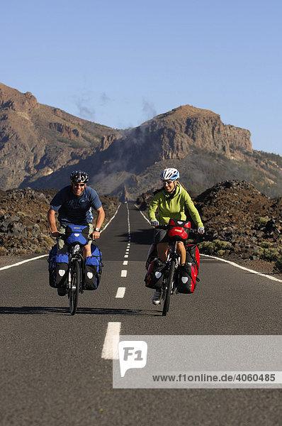 Radfahrer im Teide-Nationalpark  Teneriffa  Kanarische Inseln  Spanien  Europa