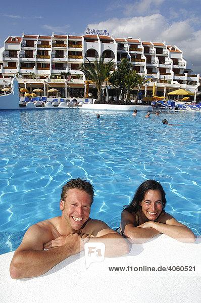 Urlauber im Swimming-Pool  Parque Santiago  Las Americas  Teneriffa  Kanarische Inseln  Spanien  Europa