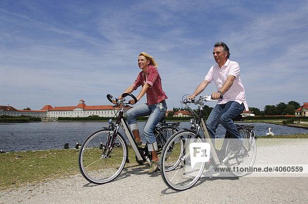 Best Ager  Fahrradfahrer  Radtour  Schloss Nymphenburg  München  Bayern  Deutschland  Europa