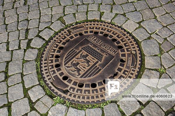 Kanaldeckel mit Stadtwappen  Husum  Nordfriesland  Schleswig-Holstein  Deutschland  Europa