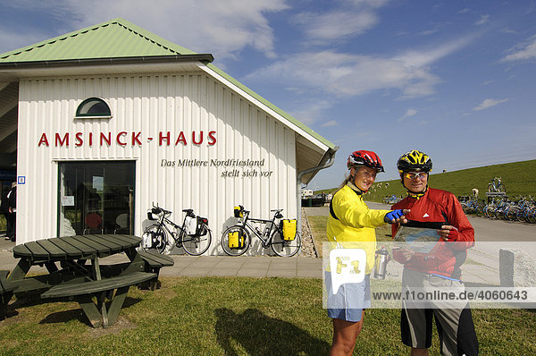 Radfahrer am Amsinck-Haus bei der Hamburger Hallig  Nordfriesland  Nordsee  Schleswig-Holstein  Deutschland  Europa