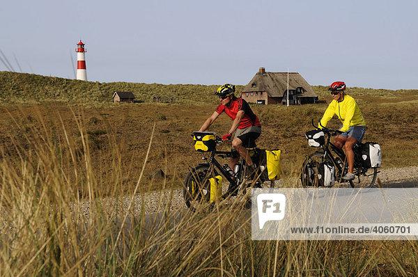 Radfahrer vor dem Leuchtturm Ostellenbogen  Sylt  Nordfriesland  Nordsee  Schleswig-Holstein  Deutschland  Europa