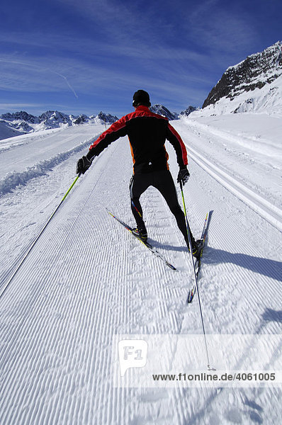 Skifahrer beim Langlauf  Bielerhöhe  Kleinvermunt  Galtür  Tirol  Österreich  Europa