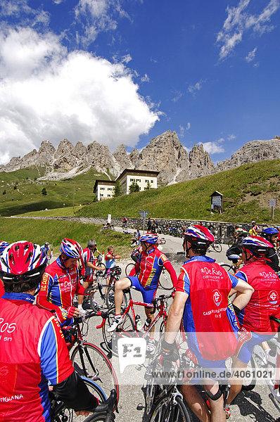 Rennradfahrer am Grödner Joch  Sella Ronda Bikeday  Gröden  Südtirol  Dolomiten  Italien  Europa