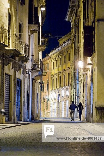 Paar in der Altstadt von Verona  Italien  Europa