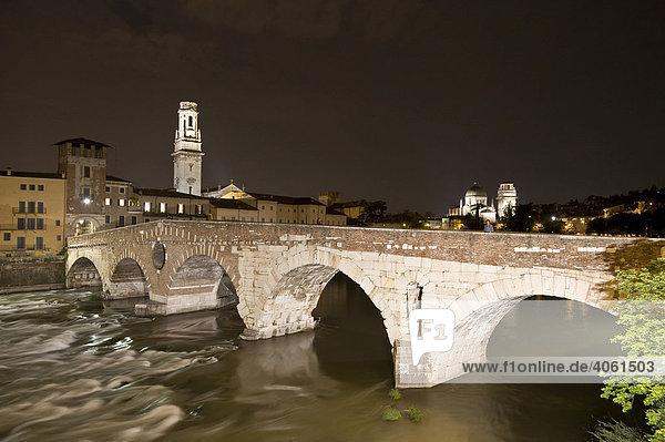Ponte Pietra  Die steinerne Brücke  Fluss Etsch  Adige  Altstadt von Verona  Italien  Europa