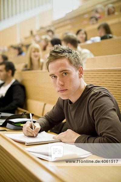 Student im Hörsaal an der Europauniversität Viadrina  Frankfurt/Oder  Brandenburg  Deutschland  Europa