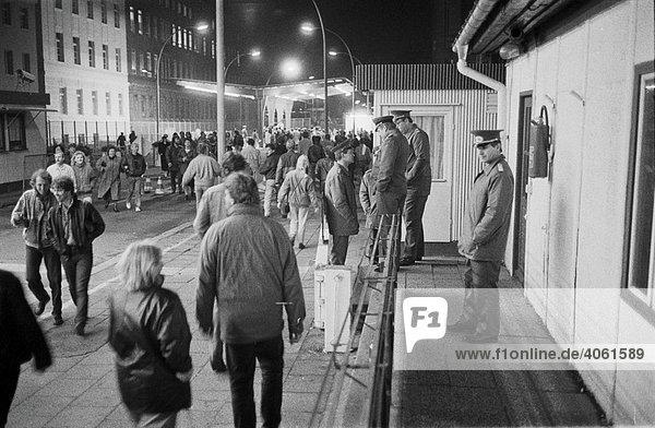 Fall der Berliner Mauer: In der Nacht des 9. November 1989 drängen Menschenmassen über den Grenzübergang Invalidenstraße,  Berlin,  Deutschland,  Europa