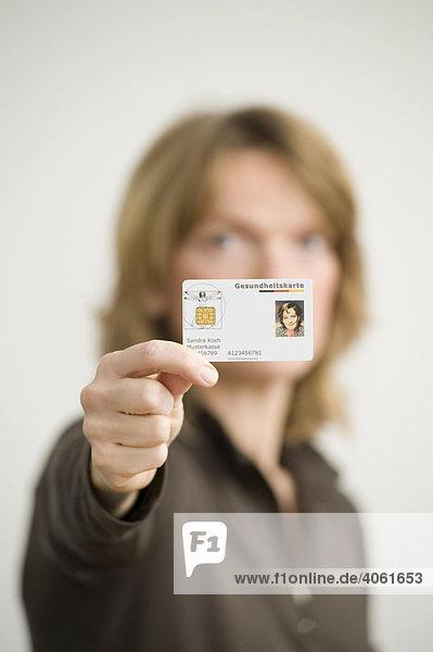 Frau mit elektronischer Gesundheitskarte