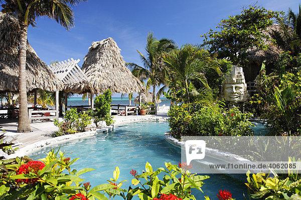 Hotelpool mit Blick auf das Meer  San Pedro  Insel Ambergris Cay  Belize  Zentralamerika  Karibik