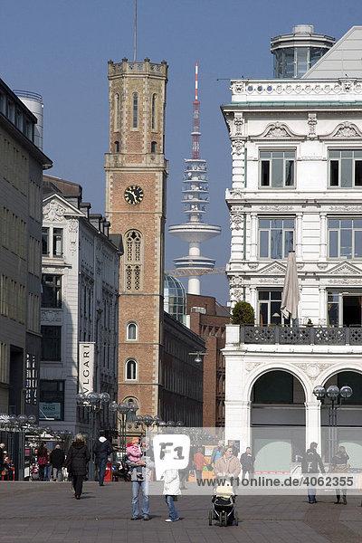 Blick vom Rathausplatzin die Poststraße mit Turm der Alten Post  dem Fernsehturm  rechts die Alsterarkaden  Vordergrund Straßenszene  Hamburg  Deutschland  Europa