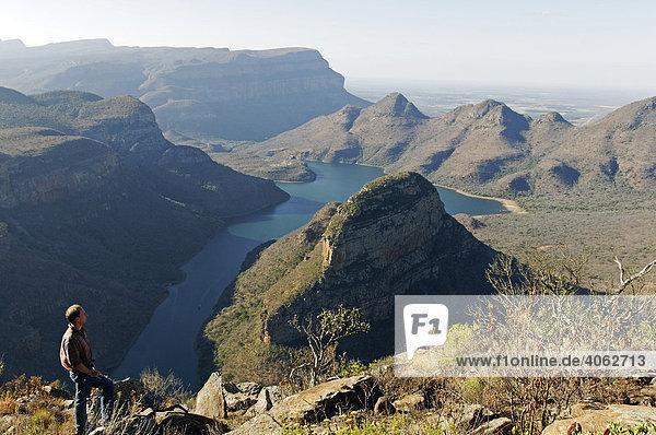 Mann blickt zum Blyde River Canyon und Stausee Blyderivierspoort Dam  Mpumalanga  Südafrika  Afrika