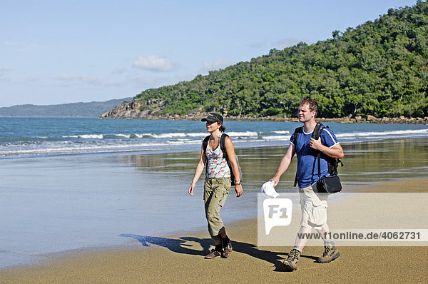 Wanderer an der North Shepherd Beach  Insel Hinchinbrook  Hinchinbrook Island National Park  Queensland  Australien