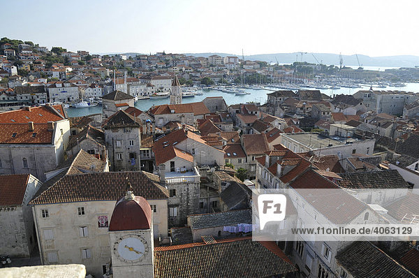 Blick über die Stadt vom Kirchturm der Kathedrale Sveti Lovro  Kathedrale des heiligen Laurentius  Trg Ivan Pavla II  Johannes Paul II Platz  Trogir  Dalmatien  Kroatien  Europa
