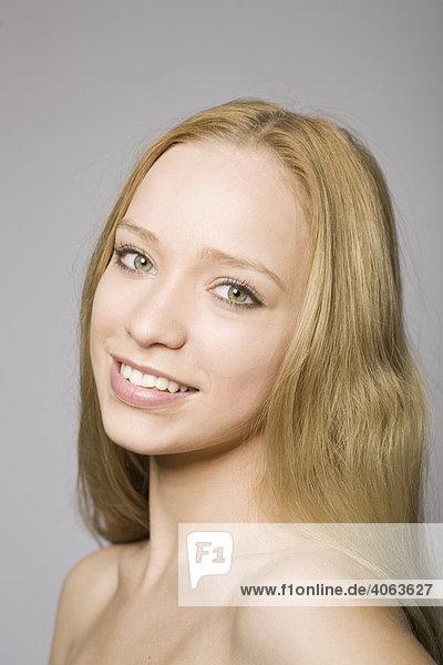 Portrait einer jungen blonden Frau