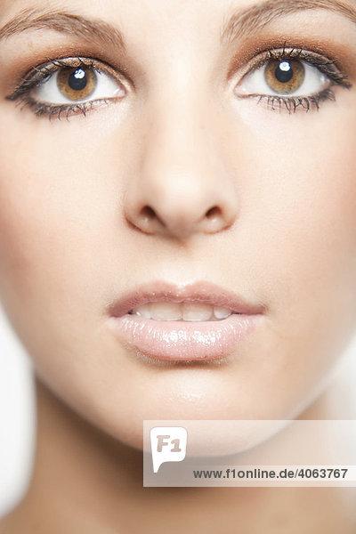 Nahaufnahme des Gesichts einer jungen Frau mit braunen Augen