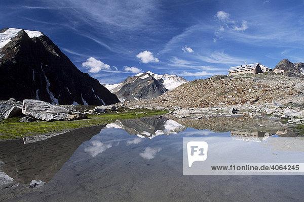Wildspitze spiegelt sich in kleinem See  Ötztaler Alpen  im Vordergrund die Braunschweiger Hütte  Nordtirol  Österreich  Europa
