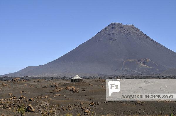 Traditionelle Hütte vor Pico de Fogo  Cha das Caldeiras  Insel Fogo  Kapverdische Inseln  Kap Verde  Afrika