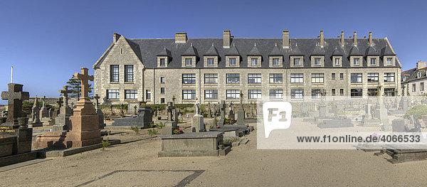 Ozeanologisches Institut  Station Biologique Roscoff  und Commonwealth-Friedhof in Roscoff  Finestre  Bretagne  Frankreich  Europa