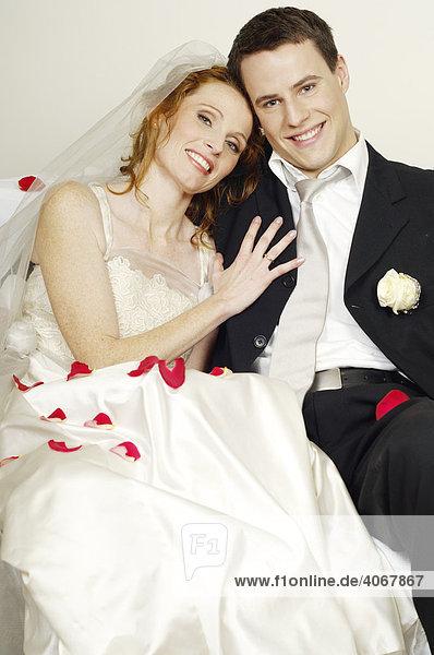 Brautpaar feiert nach der Hochzeit