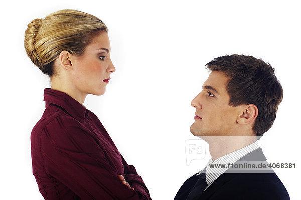 Frau sieht auf Mann herab
