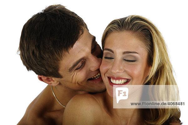 Mann liebkost Frau im Nacken