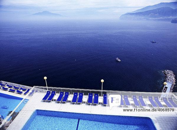 Swimming Pool in Sorrent im Golf von Neapel mit Vesuv am Horizont  Italien  Europa