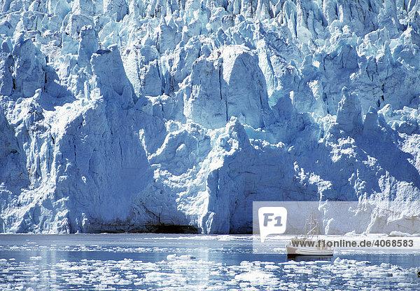 Fjord mit Gletscherkante und Schiff  Alaska  USA