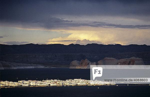 Boote auf dem Lake Powell vor dem Sturm  Utah  USA