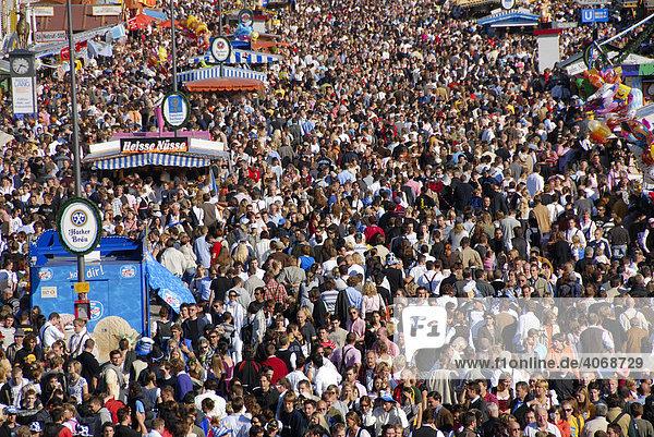 Blick in die Menschenmasse auf dem Oktoberfest  München  Bayern  Deutschland  Europa