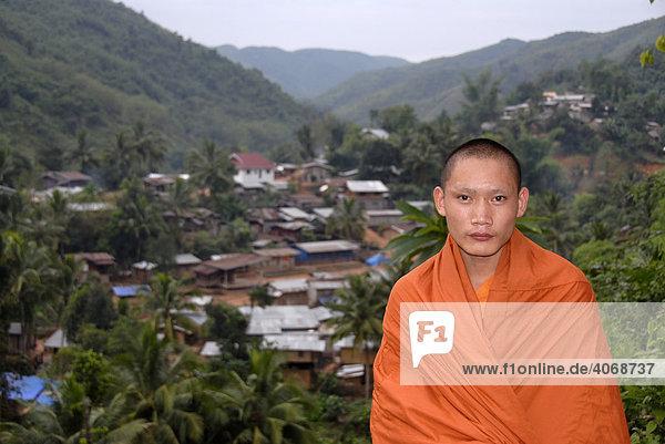 Buddhistischer Mönch in oranger Robe vor Dorf Samphan  Phongsali Provinz  Laos  Asien