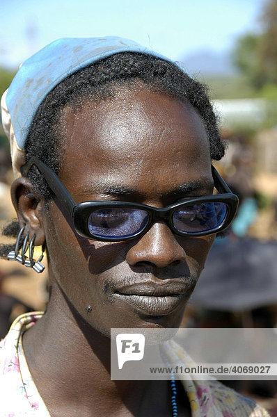 Mann trägt schwarze Hornbrille  Markt von Dimeka  Äthiopien  Afrika