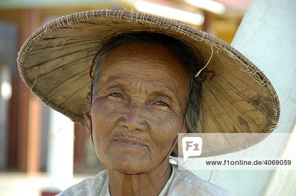 Portrait  alter Frau mit Reishut  Shan State  Birma  Südostasien