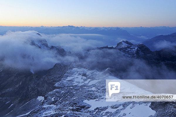 Morgendämmerung über dem Alpsteingebirge mit Sicht vom Säntis  Appenzell  Schweiz  Europa