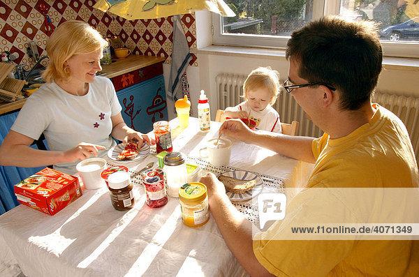 Junge Familie beim Frühstück