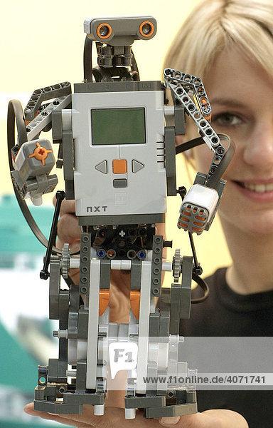 Eine Mitarbeiterin der Firma Lego zeigt den Mindstorms NXT Roboter der den Toy Innovation Award 2006 in der Kategorie Technische Innovationen erhalten hat auf der Spielwarenmesse 2006 in Nürnberg  Bayern  Deutschland  Europa