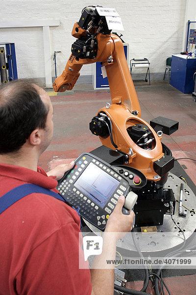 Mitarbeiter an einem Teststand bei der Produktion von Robotern bei der KUKA Roboter GmbH  zuständig für den Bereich Robotertechnik der IWKA AG  in Augsburg  Bayern  Deutschland  Europa