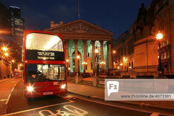 Doppeldeckerbus  Royal Exchange in der Threadneedle Street bei Nacht in London  England  Großbritannien  Europa