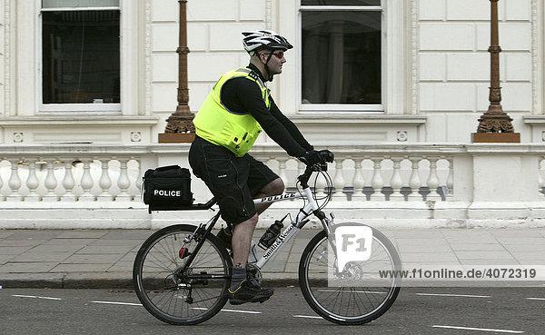Ein Polizist auf dem Fahrrad  Fahrradstreife  unterwegs in London  England  Großbritannien  Europa