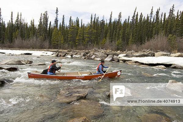 Kanufahrer auf dem Takhini Fluss  Wildwasser  Yukon  Kanada