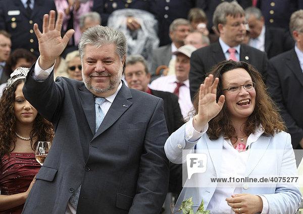 Der rheinland-pfälzische Ministerpräsident und SPD-Bundesvorsitzende Kurt Beck und die stellvertretende Bundesvorsitzende der SPD  Andrea Nahles  auf der Ehrentribüne des Rheinland-Pfalz-Tages  Bad Neuenahr  Rheinland-Pfalz  Deutschland  Europa