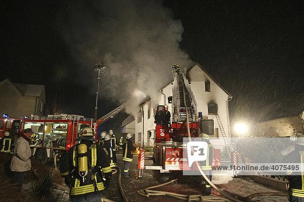 Feuerwehrleute löschen ein Wohngebäude  Vielbach  Westerwaldkreis  Rheinland-Pfalz  Deutschland  Europa