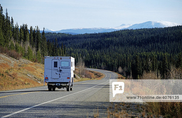 Unterwegs auf dem Alaska Highway  Yukon Territorium  Kanada  Nordamerika